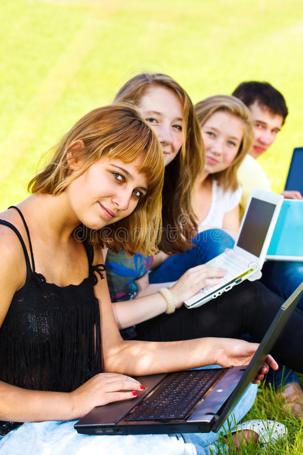 подростки компьтер-книжек стоковые изображения rf