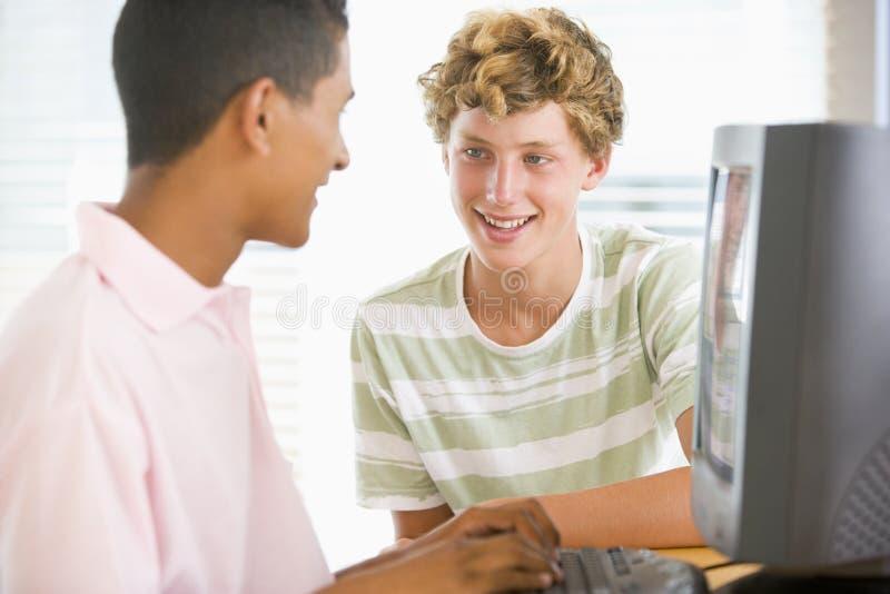 подростки настольного компьютера компьютера совместно используя стоковое фото