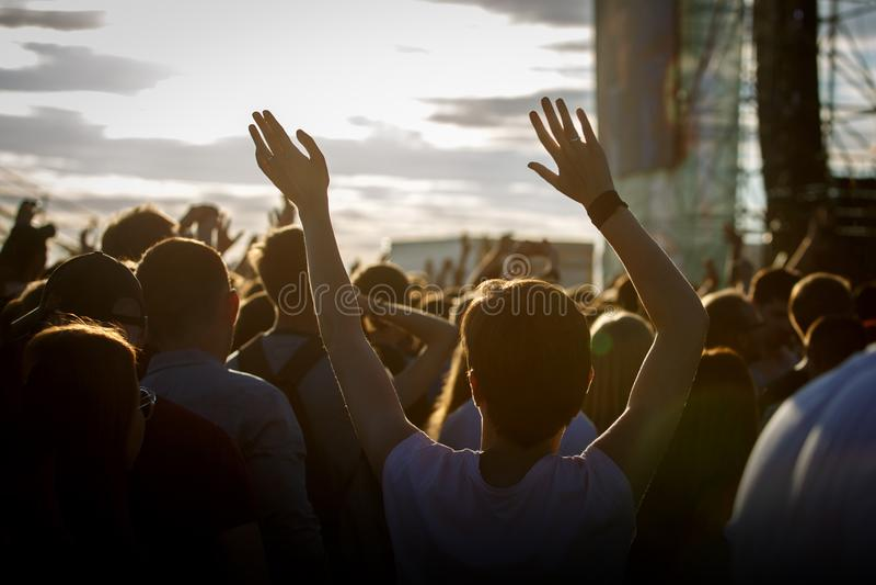 Подростки на музыкальном фестивале лета наслаждаясь стоковая фотография rf