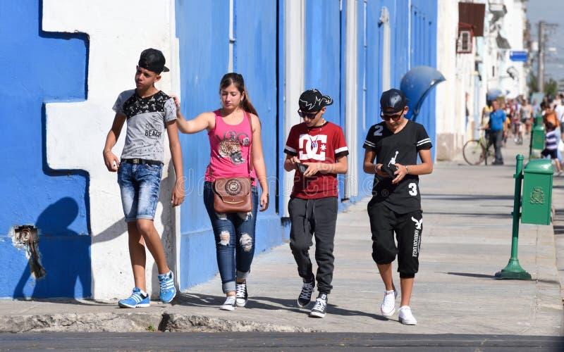 Подростки на улицах Cienfuegos стоковые изображения