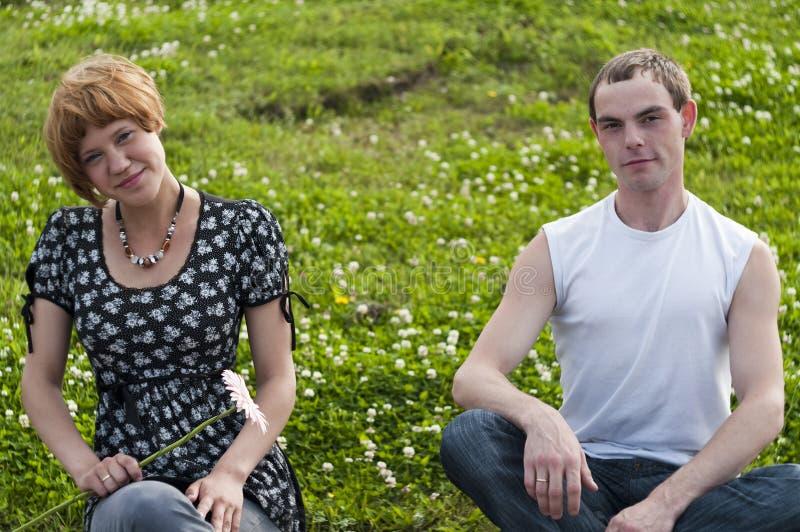 подростки пар любящие молодые стоковая фотография rf