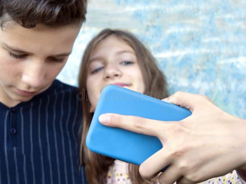 Подростки принимая selfie стоковое фото rf