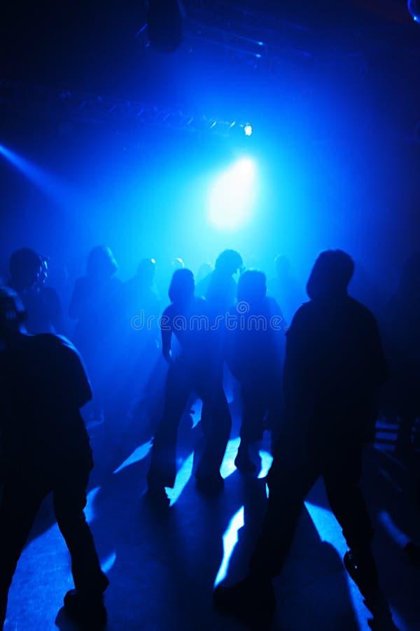 подростки танцы стоковое фото
