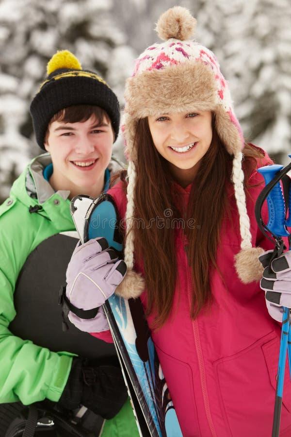 подростки 2 лыжи праздника стоковые изображения rf