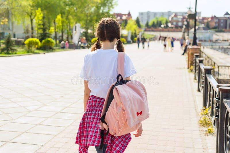 Подростковая девушка студента идя назад взгляд стоковая фотография rf