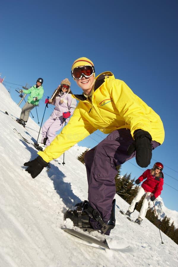 Подростковая семья на празднике лыжи в горах стоковая фотография rf