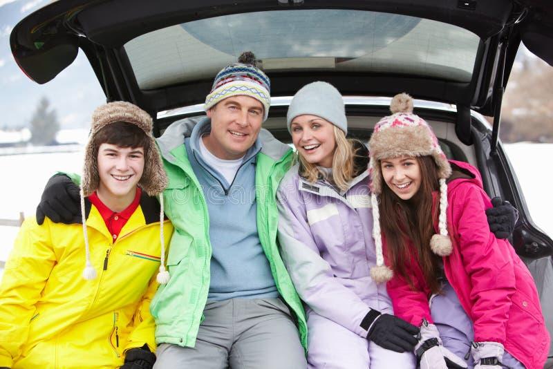 Подростковая семья сидя в ботинке автомобиля стоковые фотографии rf