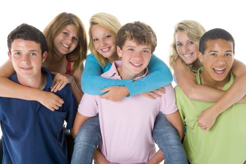 подростковое задних девушок мальчиков piggy стоковые фото