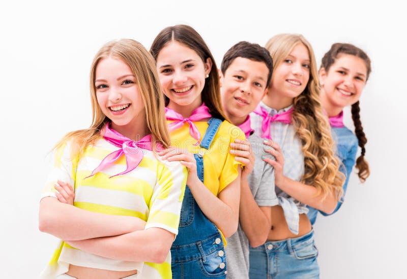 Подростковые дети стоя одно мимо стоковые изображения rf
