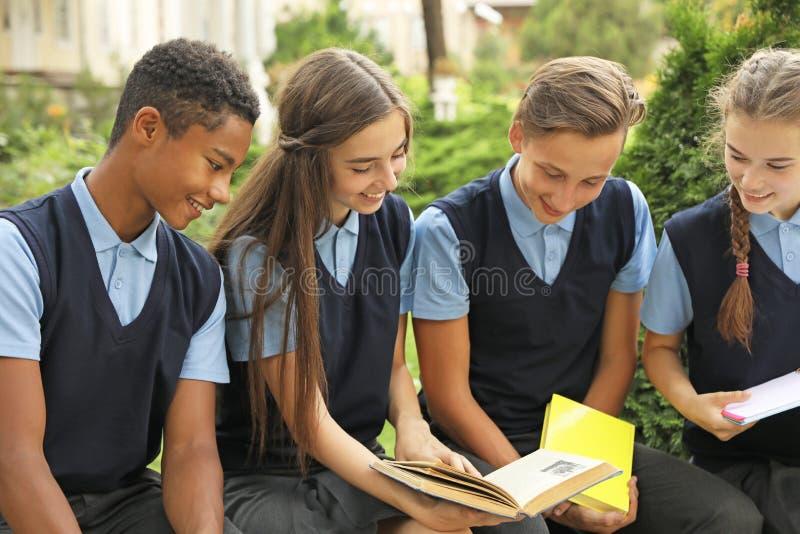 Подростковые студенты в стильной школьной форме стоковые изображения rf