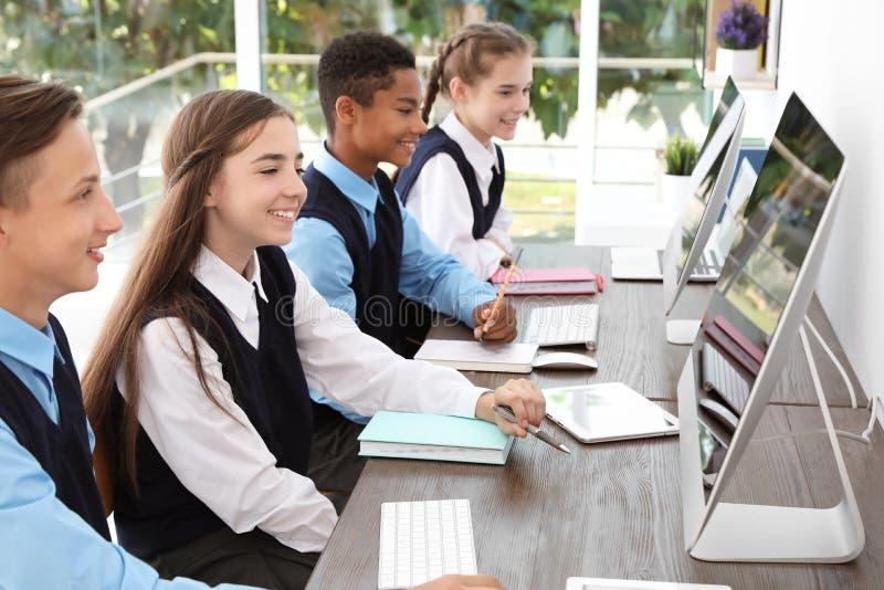 Подростковые студенты в стильной школьной форме стоковое фото rf