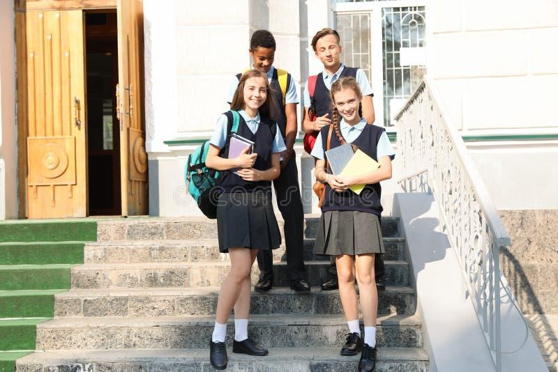 Подростковые студенты в стильной школьной форме стоковое изображение rf
