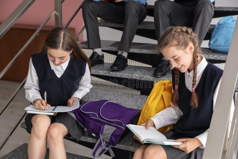 Подростковые студенты в стильной школьной форме стоковые фотографии rf
