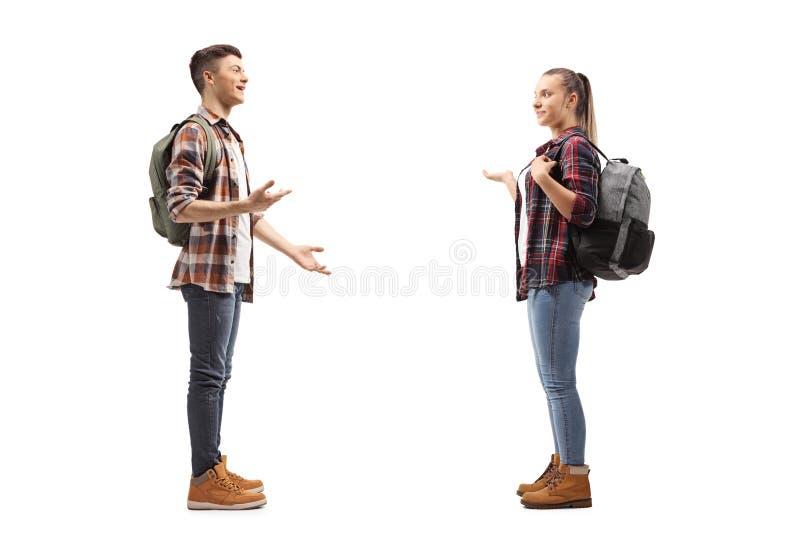 Подростковые студенты говоря друг с другом стоковое фото rf