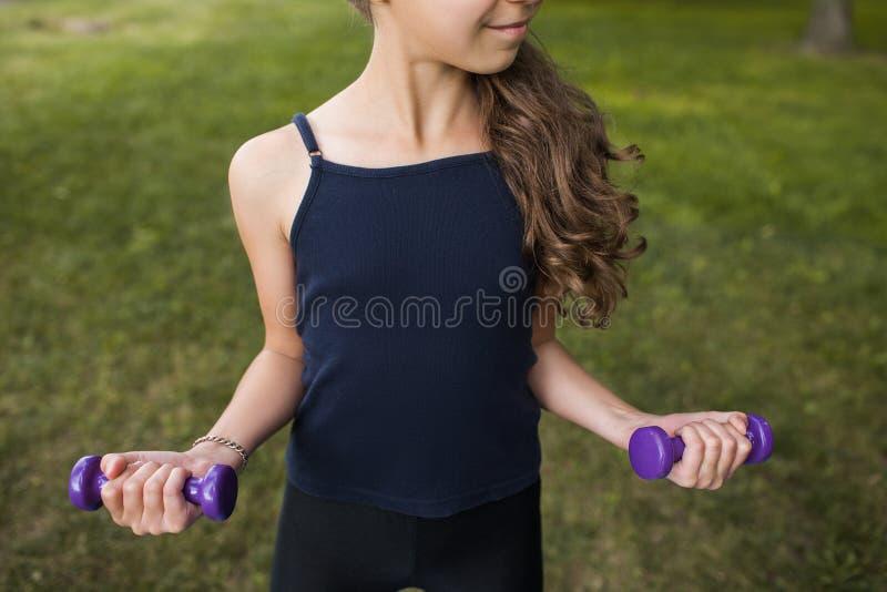 Подростковый фитнес Здоровый образ жизни на природе стоковая фотография rf