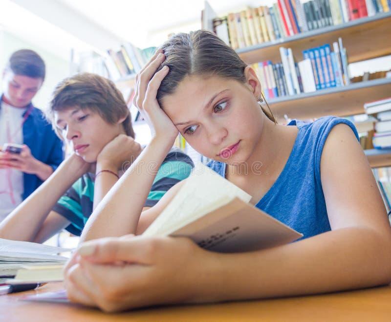 Подросток в библиотеке стоковое фото