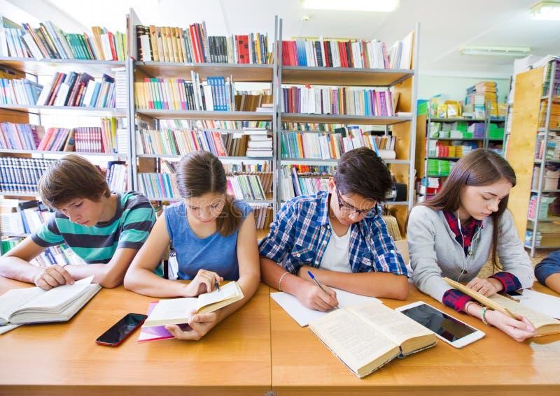 Подросток в библиотеке стоковая фотография rf
