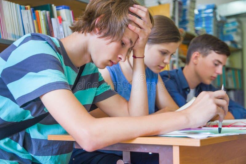 Подросток в библиотеке стоковое фото rf