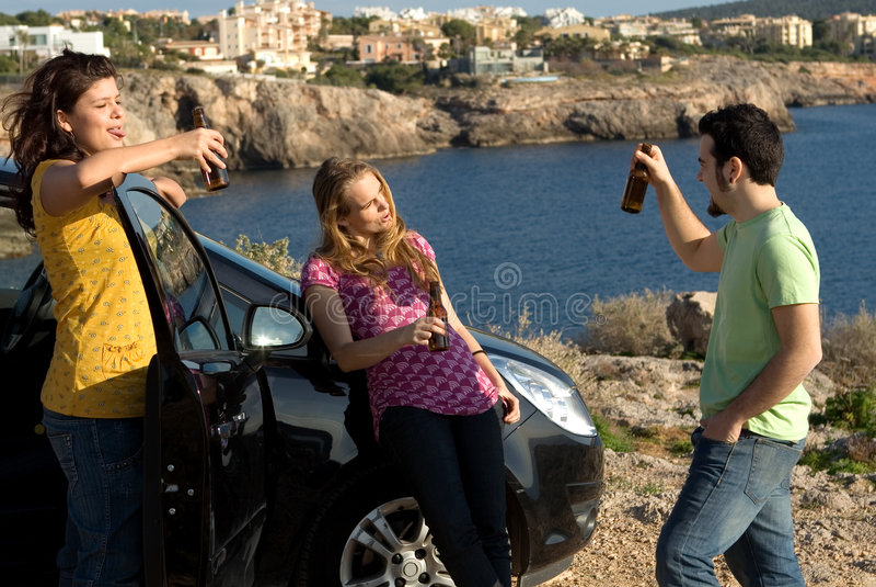 подросток группы спирта выпивая стоковые изображения