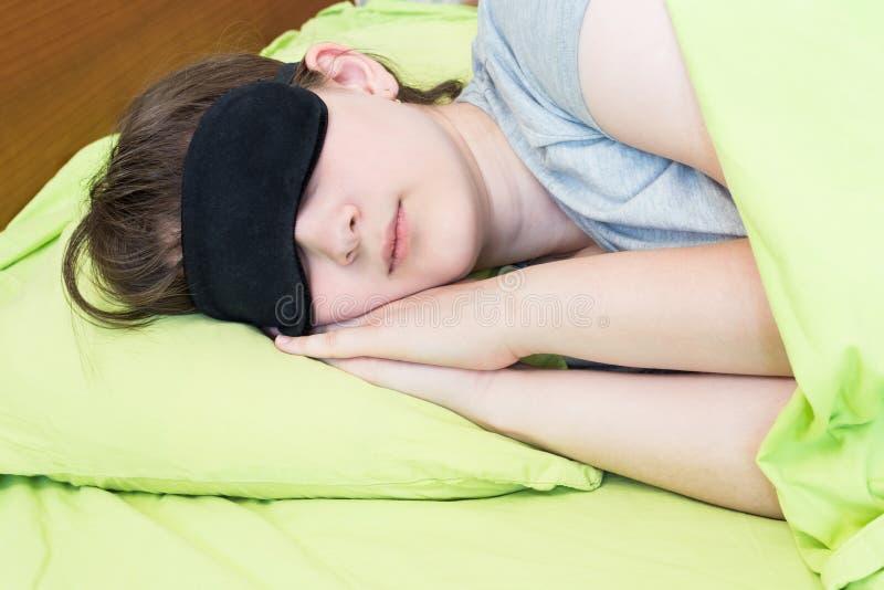 Подросток девушки в черных снах маски стоковое изображение