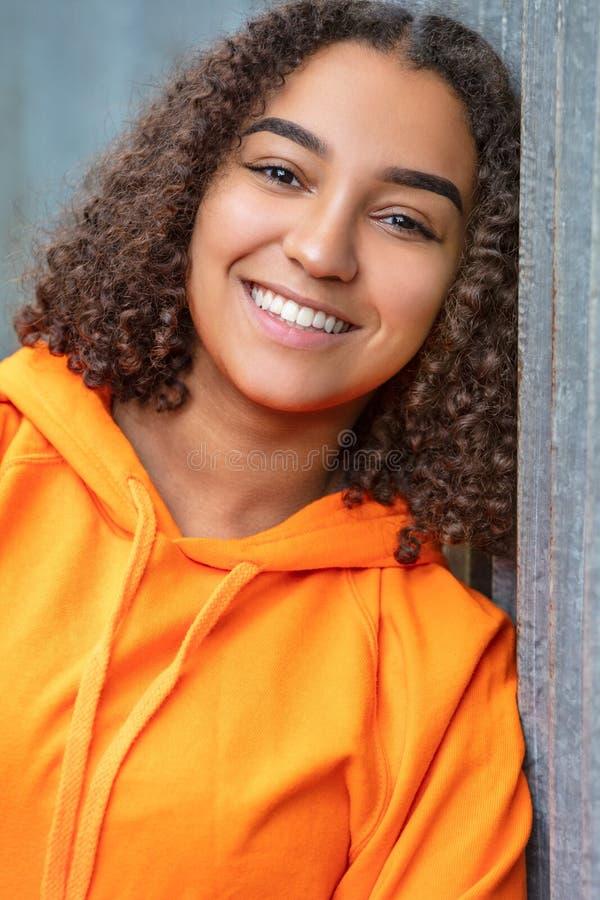 Подросток девушки смешанной гонки Афро-американский с совершенными зубами стоковые фото