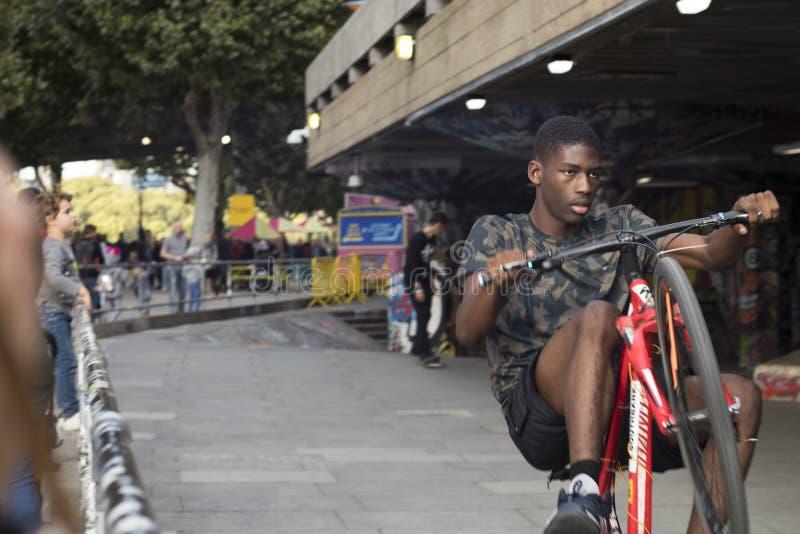 Подросток едет езды велосипеда стоковая фотография