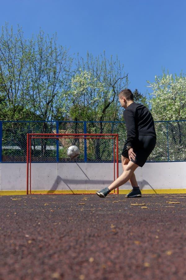 Подросток играя rabona футбола стоковая фотография