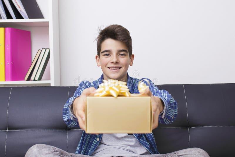 Подросток или preteen с подарочной коробкой рождества стоковое фото rf