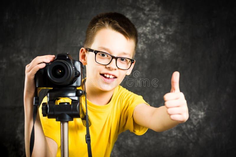 Подросток используя большое цифровой фотокамера стоковое изображение rf