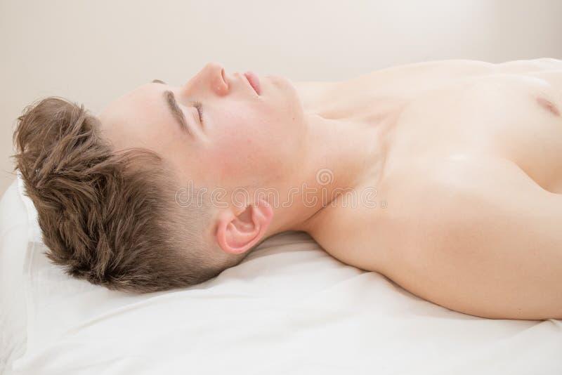 Подросток кладя на таблицу массажа стоковые изображения rf