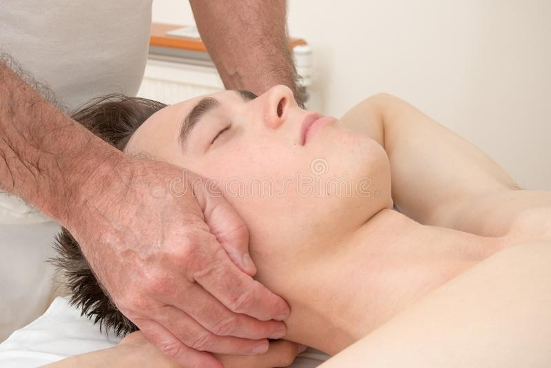 Подросток кладя на таблицу массажа стоковая фотография rf