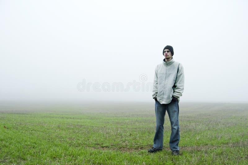 подросток поля стоящий стоковая фотография