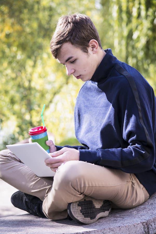 Подросток работает за компьтер-книжкой стоковая фотография rf
