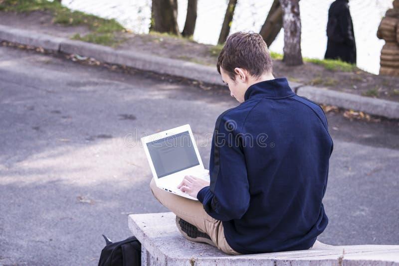 Подросток работает за компьтер-книжкой стоковая фотография