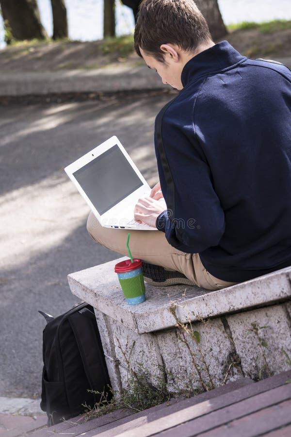Подросток работает за компьтер-книжкой стоковое фото rf