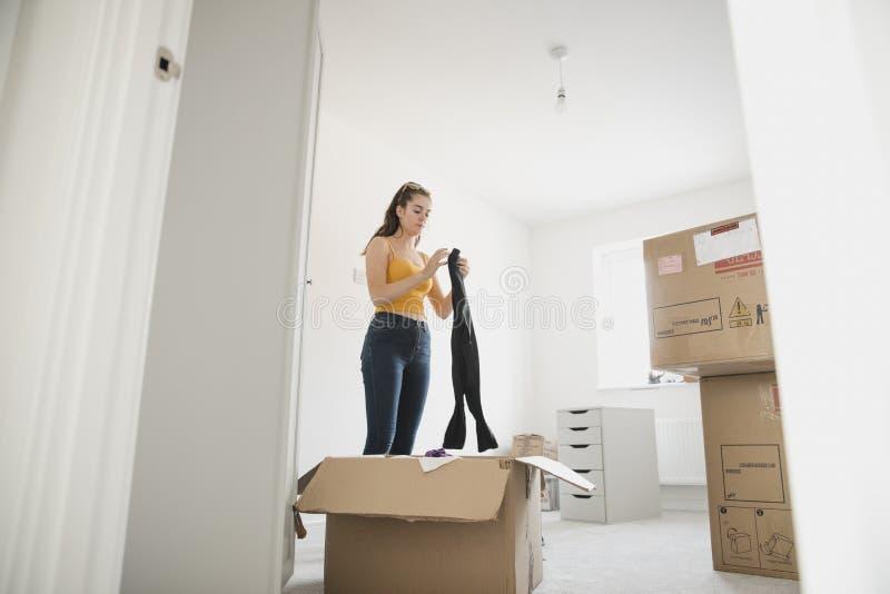 Подросток распаковывая в ее новой спальне стоковая фотография rf