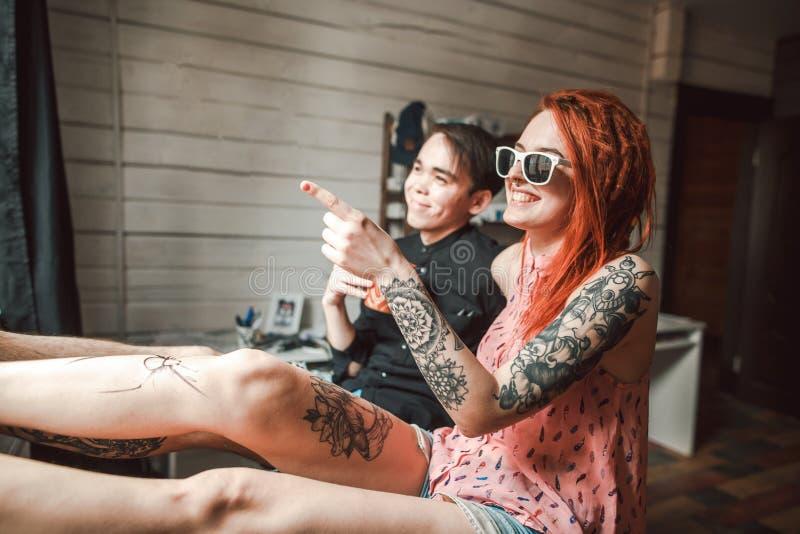 Подросток с татуировками стоковые фотографии rf