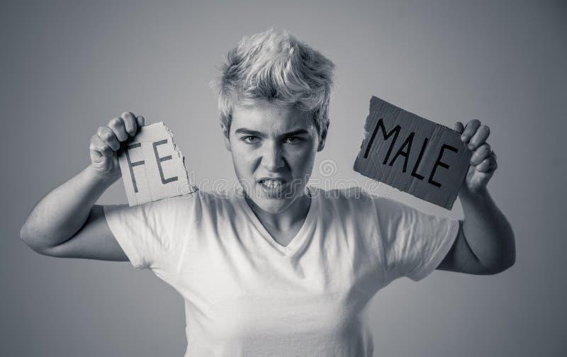 Подросток трансгендерного ломая слово ЖЕНЩИНУ в МУЖЧИНУ Идентичность рода и концепция прав человека стоковые изображения rf