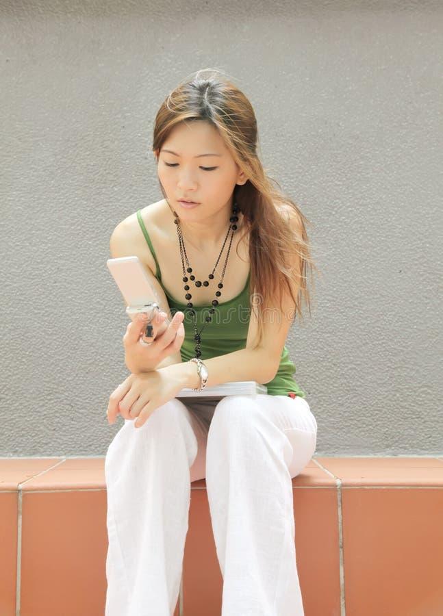 подросток texting стоковые изображения