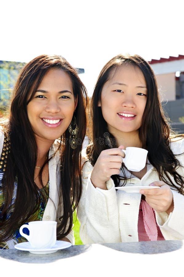 подруги кофе имея стоковое изображение