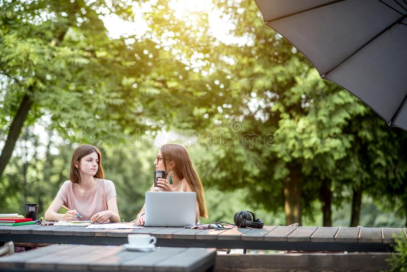 Подруги на внешнем кафе стоковая фотография rf
