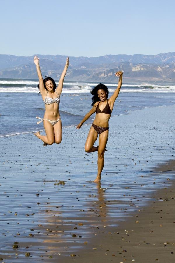 подруги пляжа стоковая фотография rf