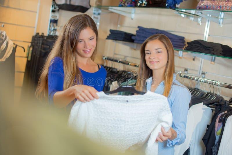 2 подруги смотря шлямбур в магазине стоковое изображение