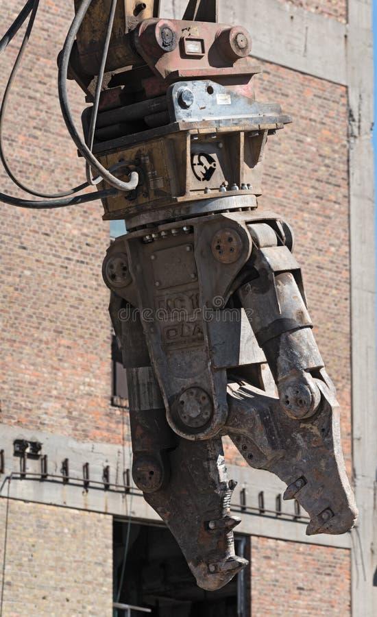 Подрывание сражается экскаватора на строительной площадке во время стоковое фото