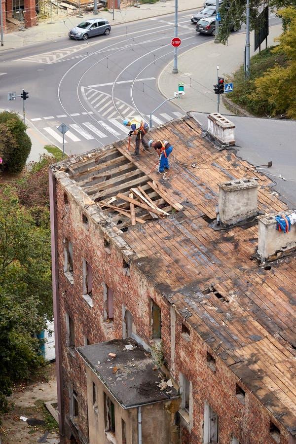 Подрывание старого покинутого арендуемого дома стоковая фотография