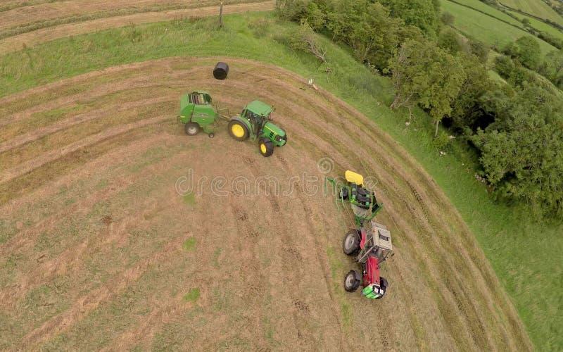 Подрядчики Silage работая трава стоковое изображение