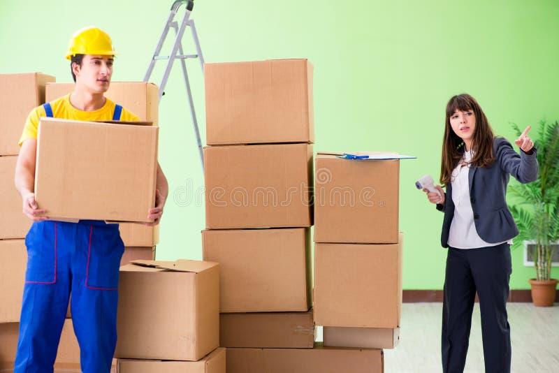 Подрядчик босса и человека женщины работая с поставкой коробок стоковое фото rf