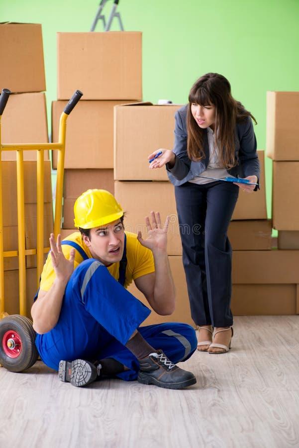 Подрядчик босса и человека женщины работая с поставкой коробок стоковые изображения rf