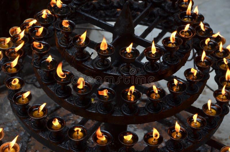 Подсвечник мульти-яруса с свечами стоковое фото rf