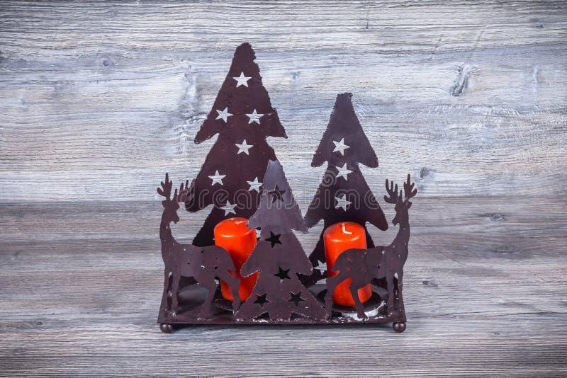 Подсвечник рождества в черном металле с его северным оленем рождества стоковые изображения rf